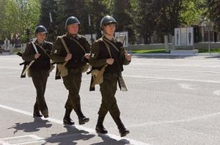 soldaty-v-kaskah.jpg